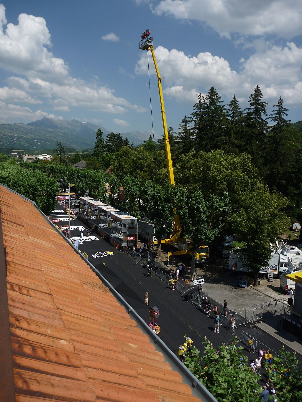 On fuit le cirque de l'arrivée de l'étape du Tour de France juste sous nos fenêtres...