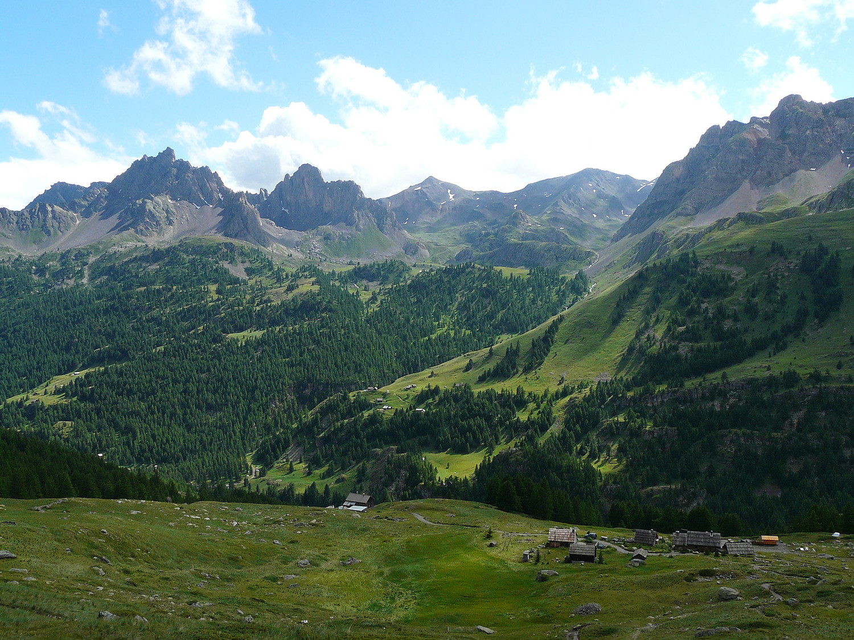 refuge de Ricou et le vallon du Chardonnet en arrière plan