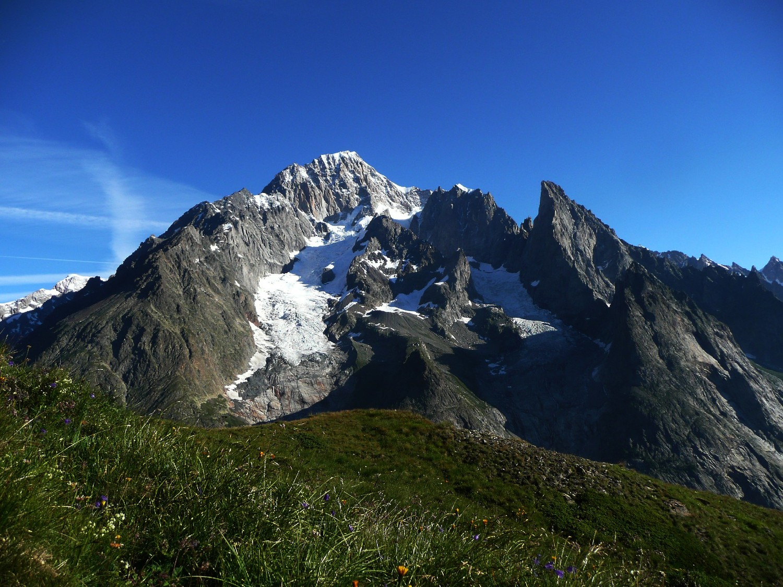 Mont Blanc depuis le Val Veni : arête et glacier du Brouillard à gauche, Aiguille Noire de Peuterey à droite