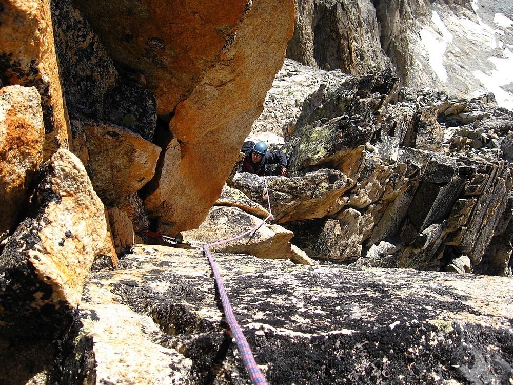 Pic Gény - Arête E : ON se fait plaisir dans un passage un peu plus dur en bon rocher