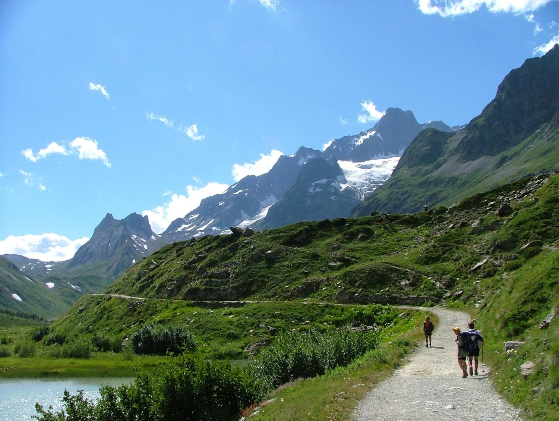 Tré la Tête, au lac de Combal : les Pyramides Calcaires, l'aiguille des Glaciers, le glacier de la Lex Blanche (voie  de retour), montée au bivouac