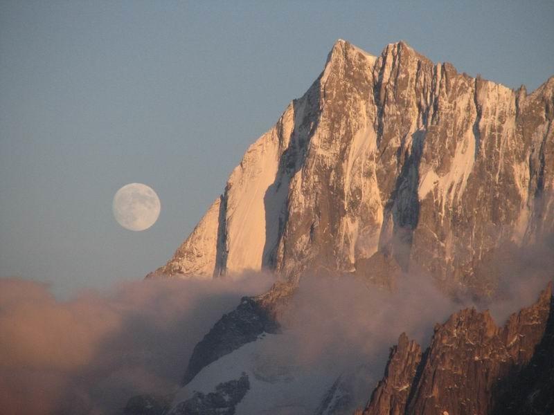 Levé de lune sur les Jorasses depuis l'aiguille de Charlanon