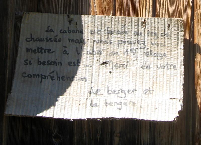Le message à l'entrée de la bergerie