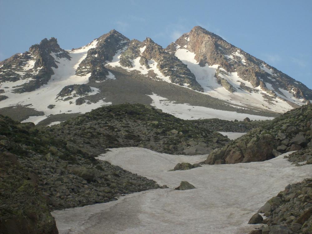 A gauche le couloir en neige que j'ai prit, d'ici on ne voit pas le sommet