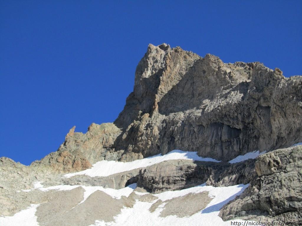 Tête Sud du Replat, le pilier Chèze est au soleil et sort à droite du sommet
