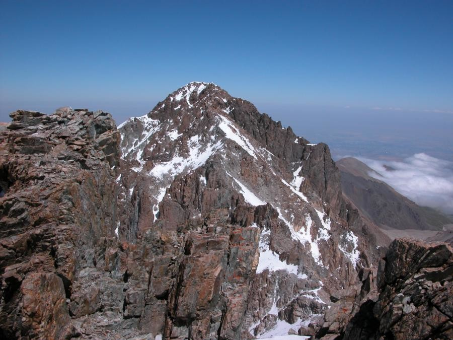 Vue générale de la traversée de l'amour depuis le sommet, au fond le Pic Uchitel