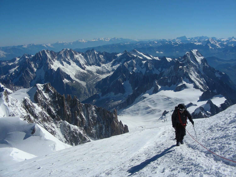 La vue vers le NW depuis le sommet du Mont Blanc