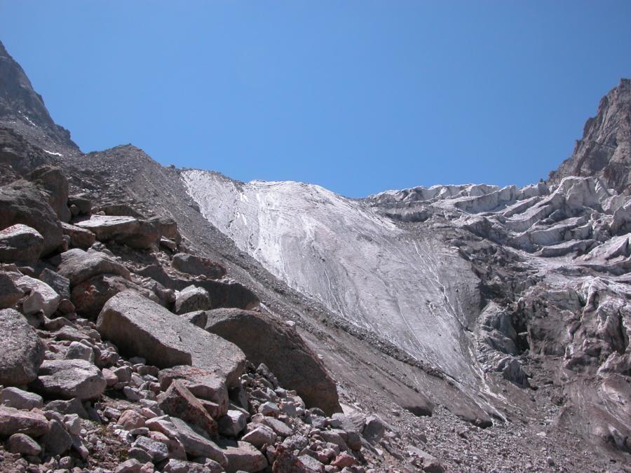 Moraine pour accéder au plateau glaciaire sous les Corona et le Svobodnaia Korea