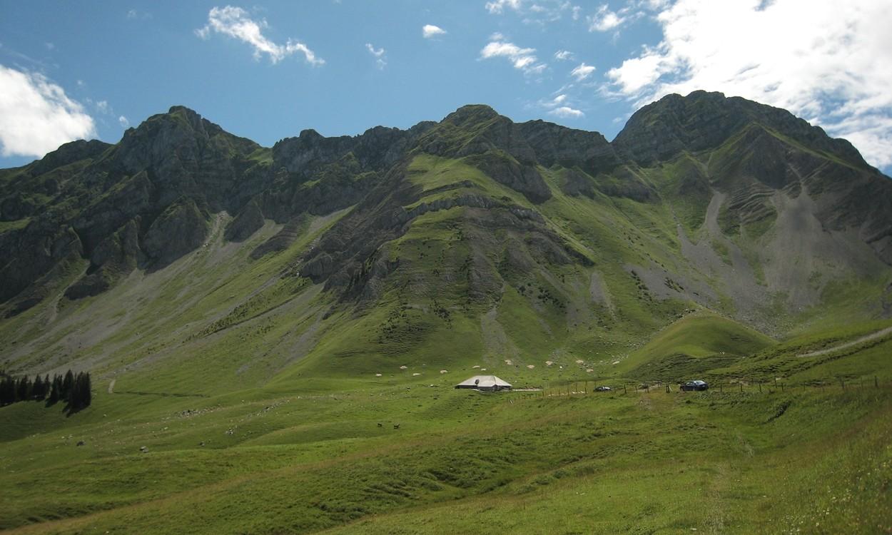 Le sommet (2160m) de la Stieregrat à G, et le Kaiserregg tout à D.