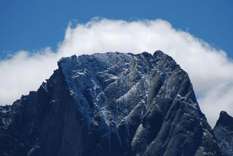 La parte alta della parete NE del Pizzo Badile 3305 m dal Piz Grand 2459 m con il teleobiettivo a 210 mm.