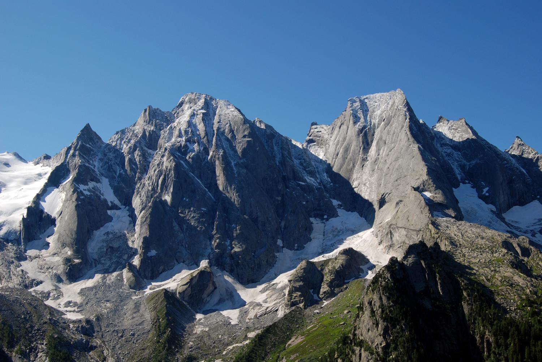 I versanti N del Pizzi Badile 3305 m e Cengalo 3369 m, visti dai I Mot 1973 m.