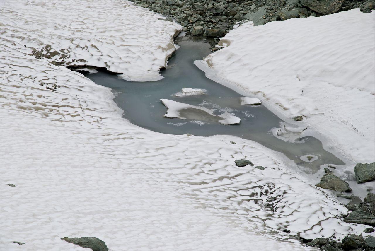 Une des bouches de vidange du glacier des Roches Blanches