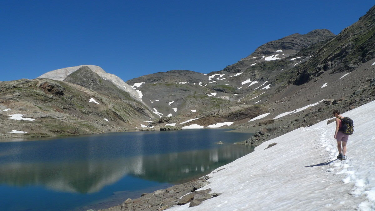 Traversée au dessus du premier lac de la Munia (lac de larri), avec le col de la Munia et la Munia au dessus