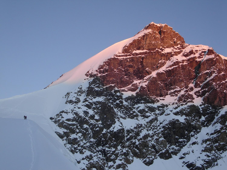 Levé du soleil sur le sommet et l'arête SE à gauche
