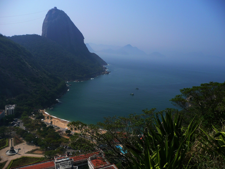 Pain de Sucre vu de la face N du Morro da Babilonia (Rio)