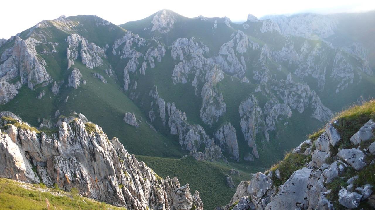 Les montagnes sont ici hérissées de pics calcaires