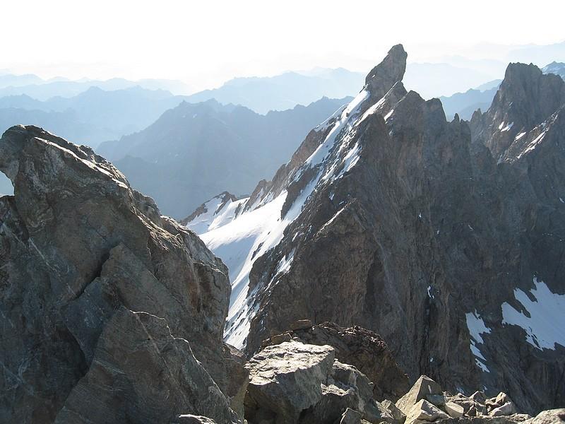 Meije - Voie normale et traversée : du Grand Pic, vue sur les arêtes et le Doigt de Dieu, encore loin...