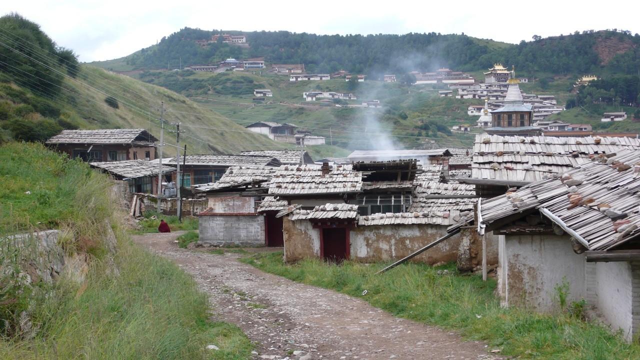 Vieilles bâtisses en bordure du village