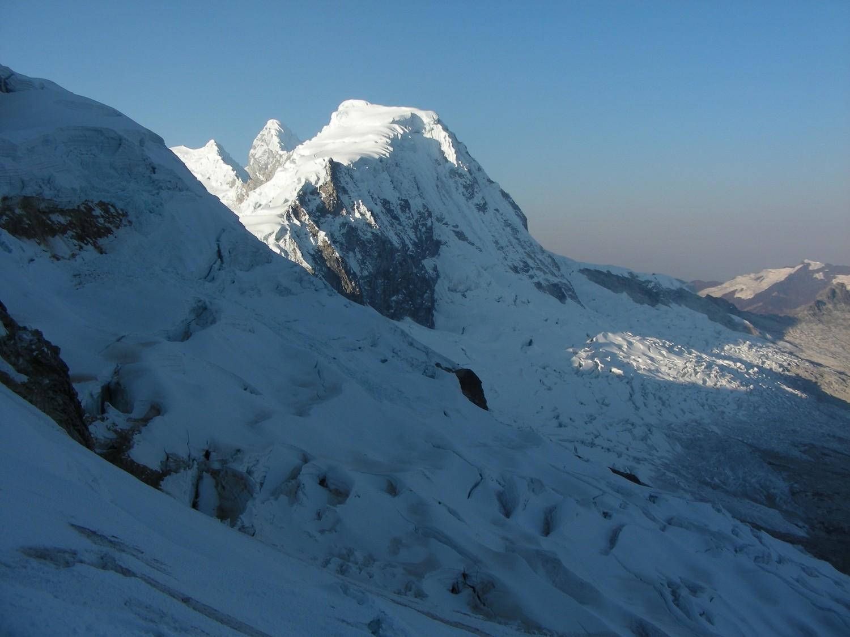 Le Pisco (et sa voie normale) vu depuis le glacier au pied du Huandoy N
