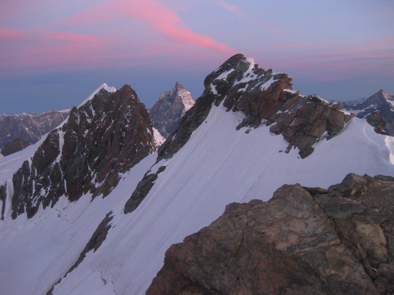 Le Cervin, encerclé par les sommets Ouest et Central du Breithorn d'une part, et le sommet Est du Breithorn d'autre part