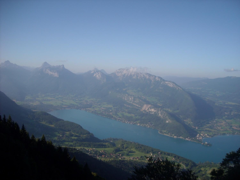 Le lac d'Annecy et le Roc des Boeufs.