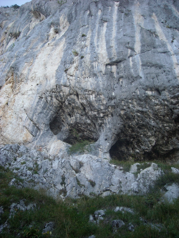 Le départ de L'ogre qui chante (8a+) ; le long de la diagonale au centre vers le pilier.