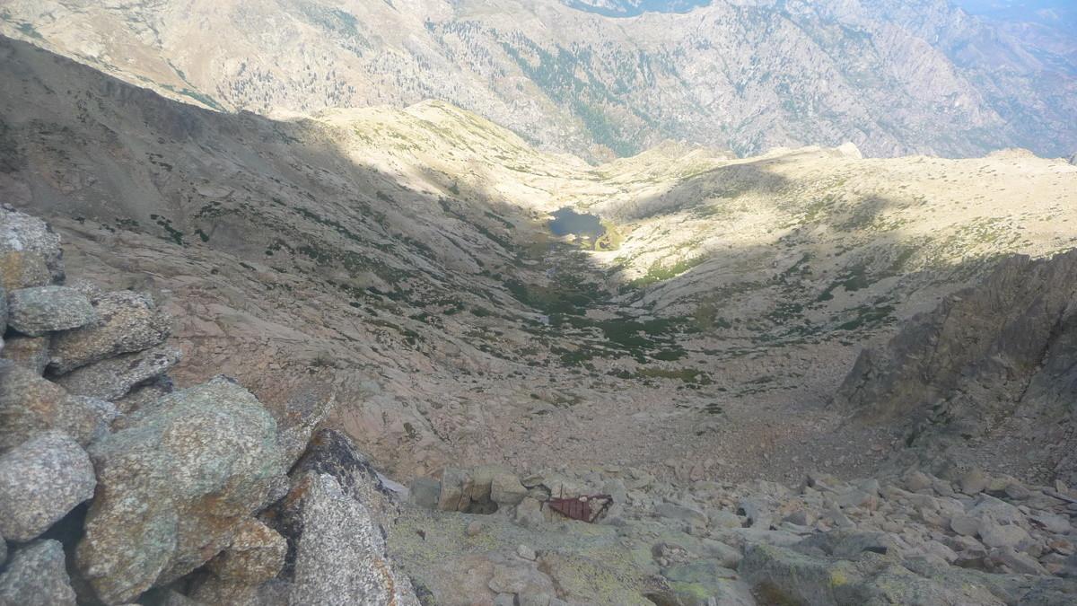 Depuis le sommet le lac d'Oriente côté voie normale