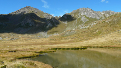 Le lac des Grenouilles avec le mont Rouge et les monts Vertosan (Valllée d'Aoste)