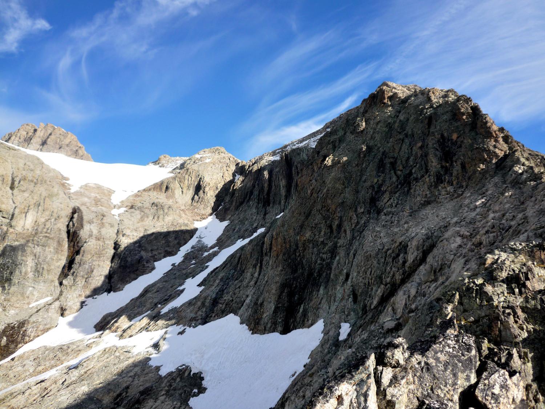 Fin de l'arête et itinéraire de descente : le couloir (ici sec dans le haut), ou la VN des Rouies (neige/traversée vire rocheuse/couloir)