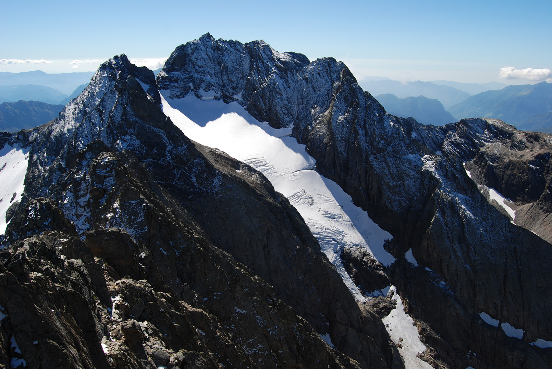Dal Pizzo di Scotes 2978 m la Vedretta di Porola catasto CGL n° 549 e la Punta di Scais 3038 m.