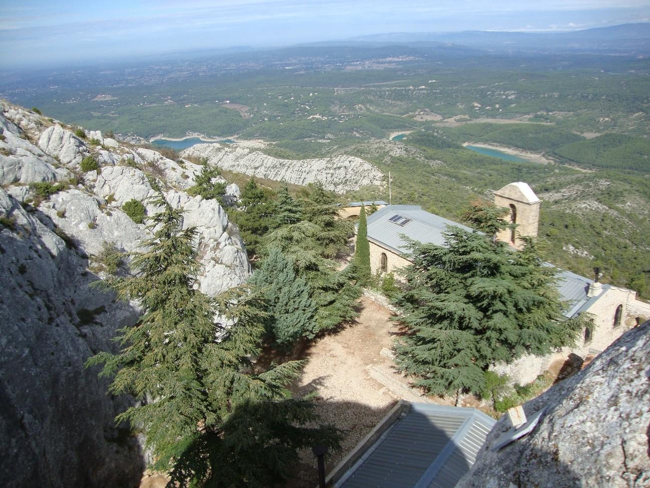 Le prieuré et le lac de Bimont.