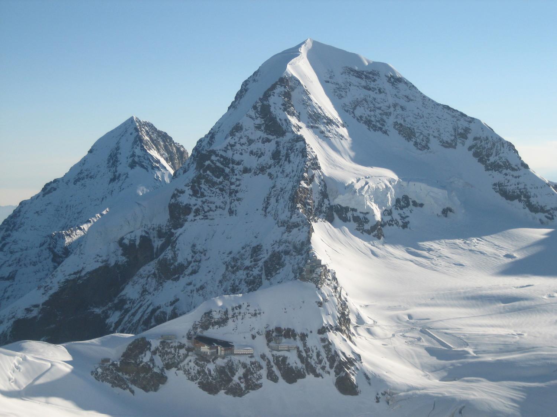 Mönch, arête SW, et l'Eiger à gauche