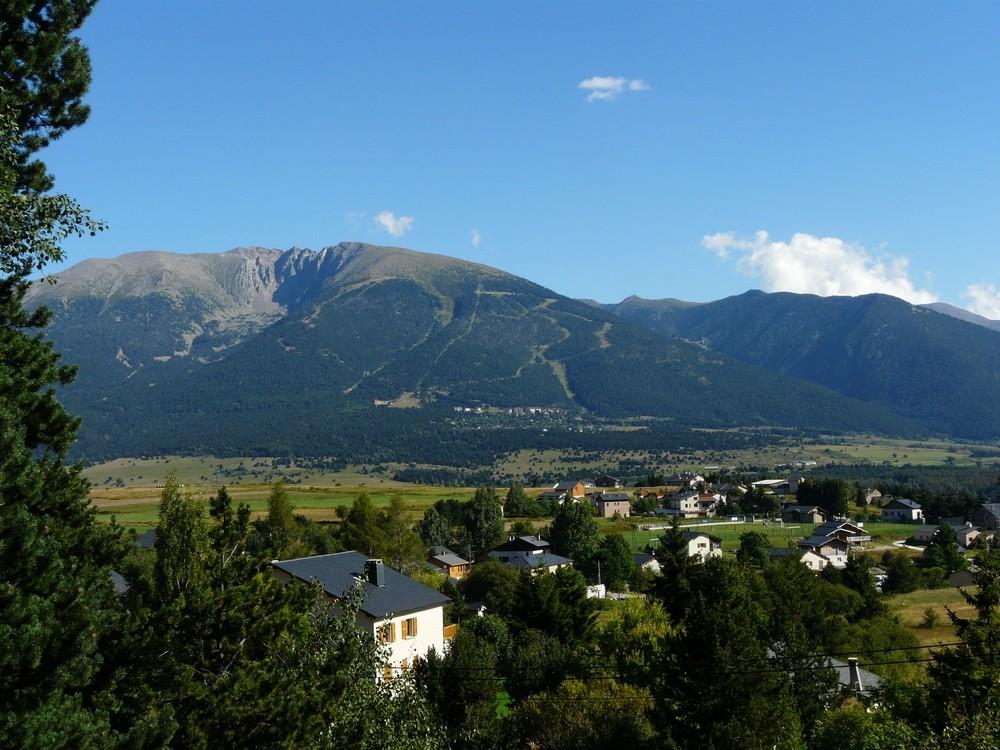 Bolquère, et la vallée d'Eyne (au fond)