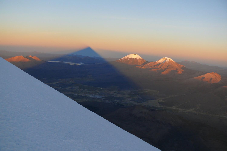 L'ombre du volcan Sajama (Bolivie)