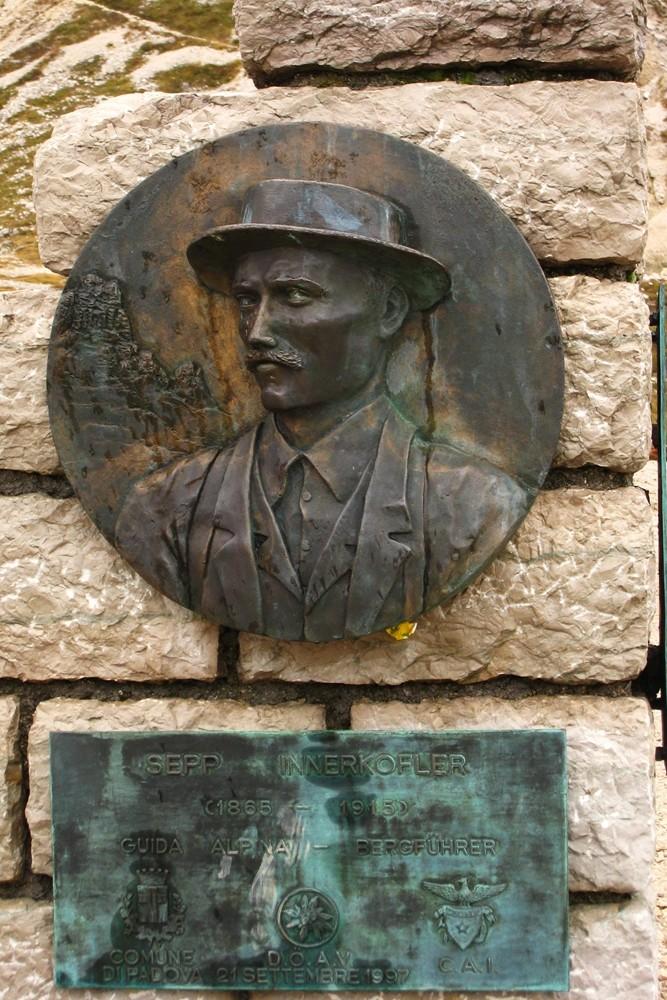 Plaque commémorative à la mémoire de Sepp Innerkofler, devant le Refuge Locatelli