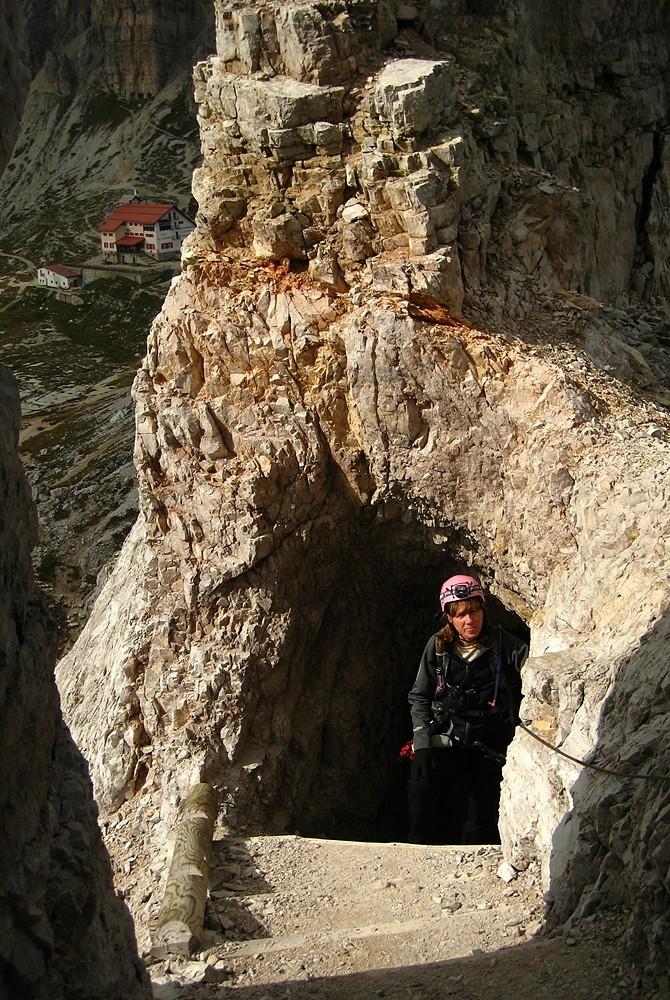 A la sortie d'une des galeries du Sentier Innerkofler au Monte Paterno