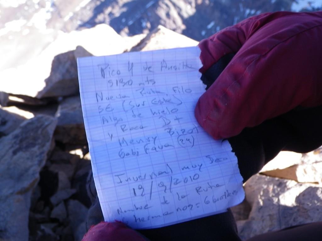 Papier laissé au sommet avec des informations sur l'ascension (tradition argentine).