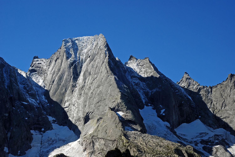 Il Pizzo Badile 3305 m, Punta Sant'Anna 3171 e Punta Trubinasca 2998 m dai I Mot 1973 m.