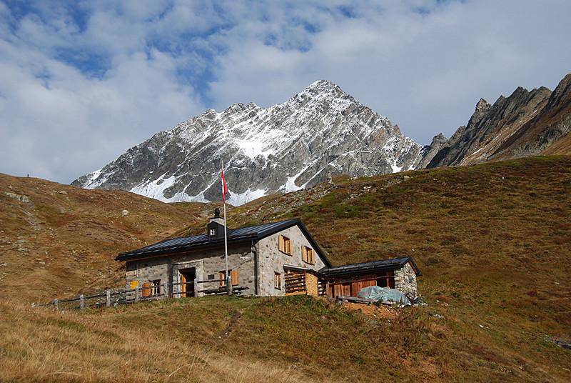 La Chamanna Linard 2327 m con il Piz Linard 3411.