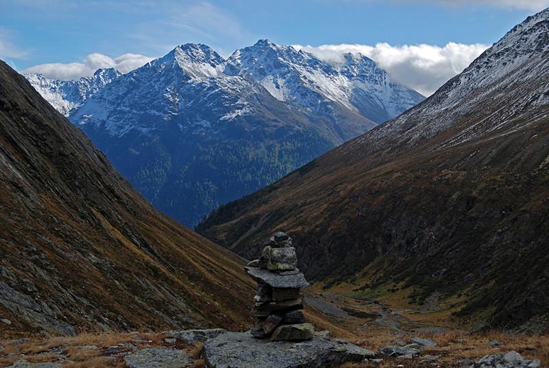 Durante la discesa in Val Sagliains il Piz Mezdì 2888 m e Piz Arpiglias 3027 m.
