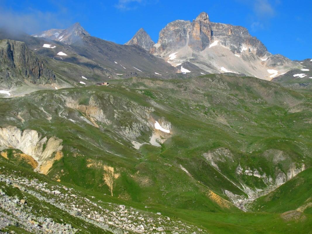 le Mont Thabor sous les bises nuageuses et le refuge du même nom dominé par le Cheval Blanc