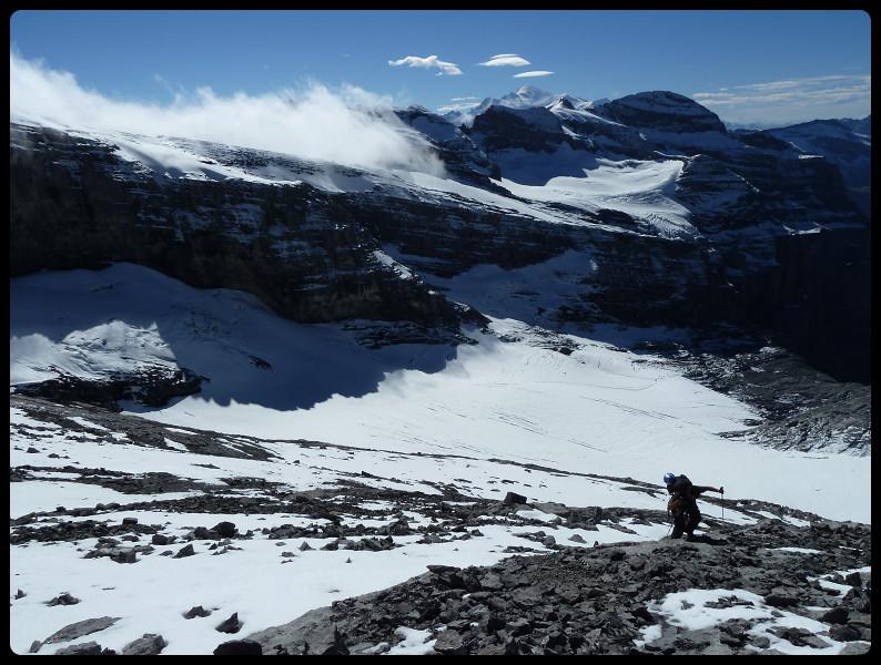 Le Tenneverge et la chaîne de sommets qui s'en suit se fait gentiment avaler...