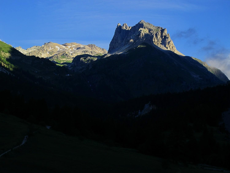 les lueurs du soleil sur le mont Thabor et le grand Séru