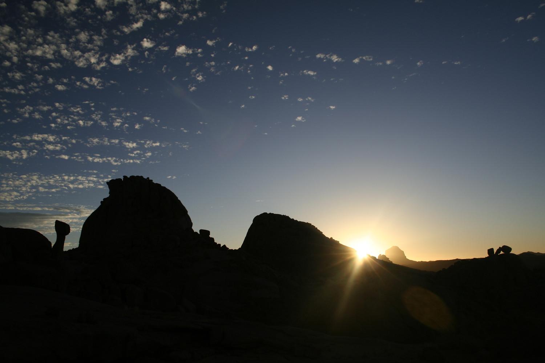 Lever de soleil dans le Hoggar (Algérie)