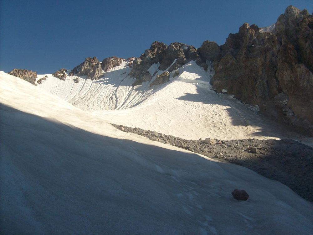 Des traces de skis à droite de la crête coupée par la rimaye. A sa gauche nombreuse traces d'ascensions