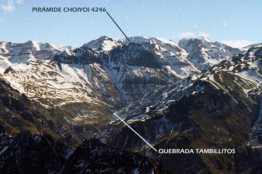 Pirámide Choiyoi visto desde Pico Vultur, agosto 2003