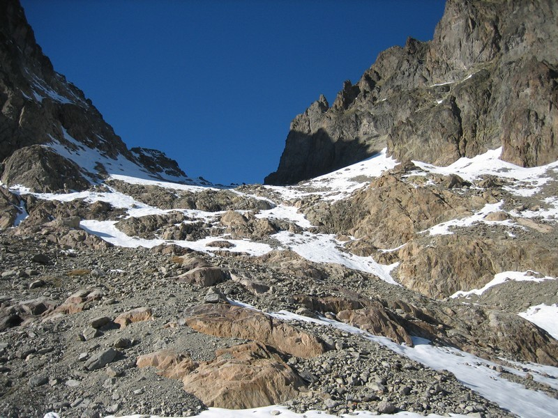 Quelques passages sans neige peu avant le Col