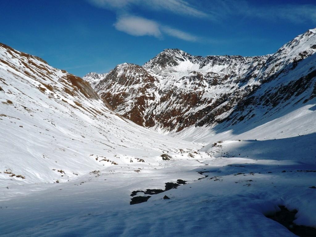 En remontant le vallon, au fond les Mts Telliers