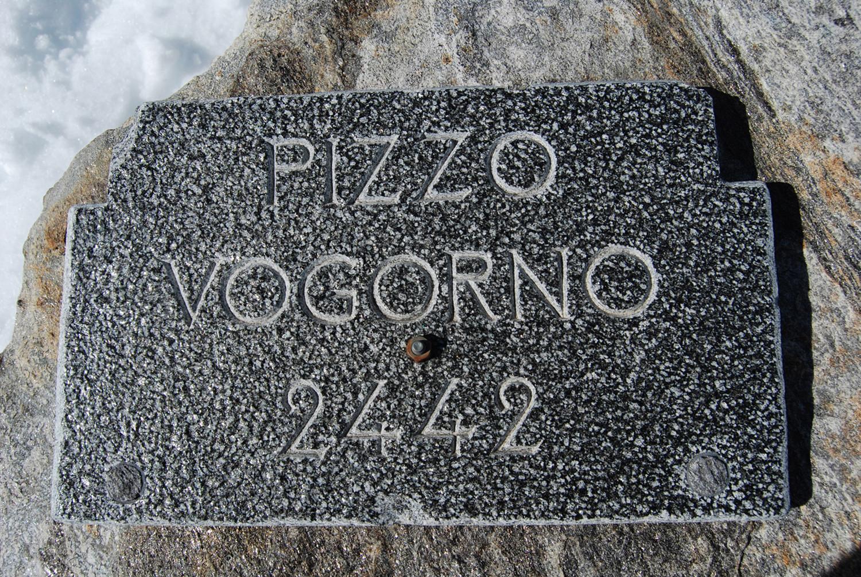 La targa in pietra sulla cima del Pizzo di Vogorno.