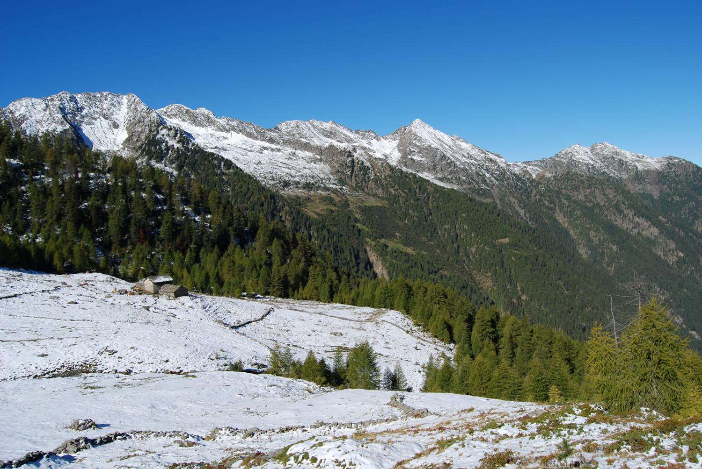 Salendo alla Cima di Campello vista sull'Alpe Vitalengo 1931 m.
